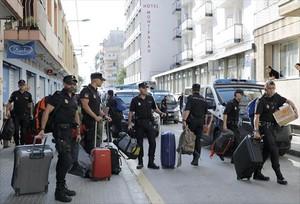 Policías nacionales cuando abandonaron el hotel de Pineda de mar en el que se alojaban tras el 1-O.