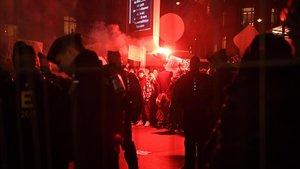Policías (en primer término) se enfrentan a los manifestantes que protestan a las puertas de los premios Cesar contra las 12 nominaciones a Polanski, este viernes en París.