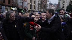 El portavoz de ERC en el Congreso, Joan Tardà, saluda al líder de Bildu, Arnaldo Otegi, en una manifestación el pasado 12 de enero.