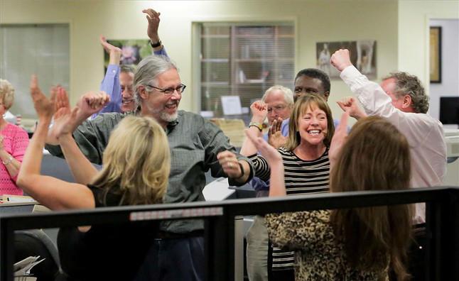La plantilla del diario 'The Post and Courier' celebra el Premio Pulitzerobtenido.