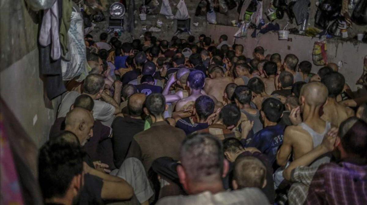 Presuntos miembros del Estado Islámico apiñados en una de los centros de detención de Mosul.