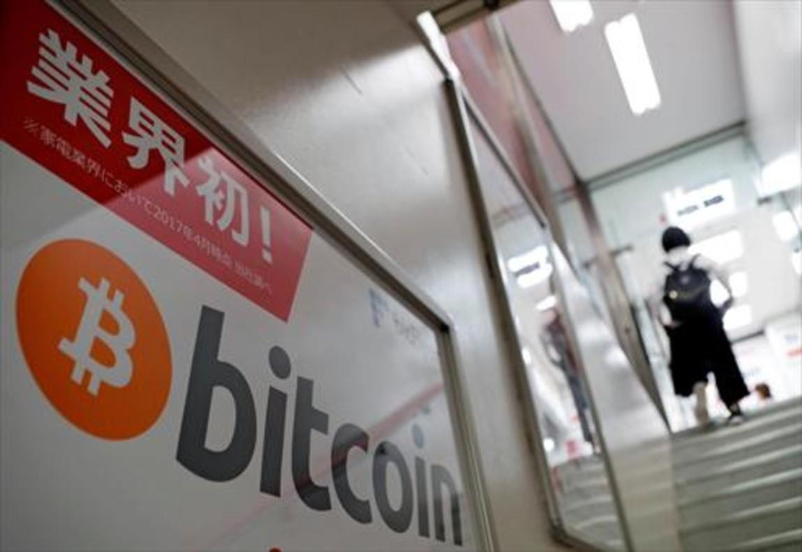 Logo de bitcoin en una tienda de Tokio (Japón).