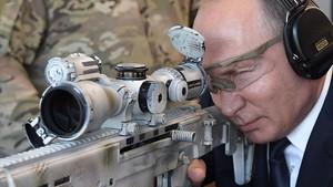 Putin prueba un rifle Kaláshnikov