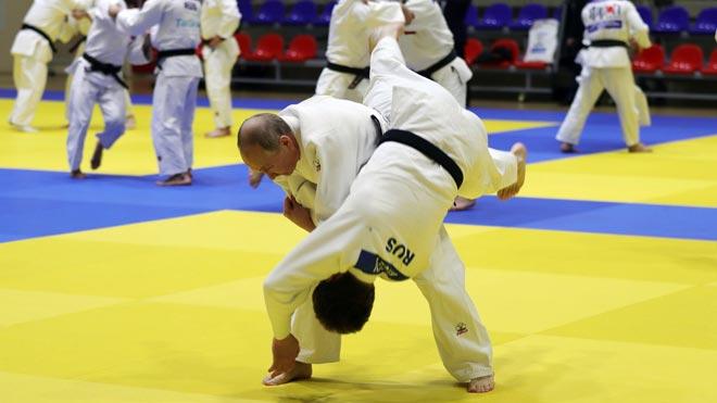 Putin muestra su destreza practicando judo.