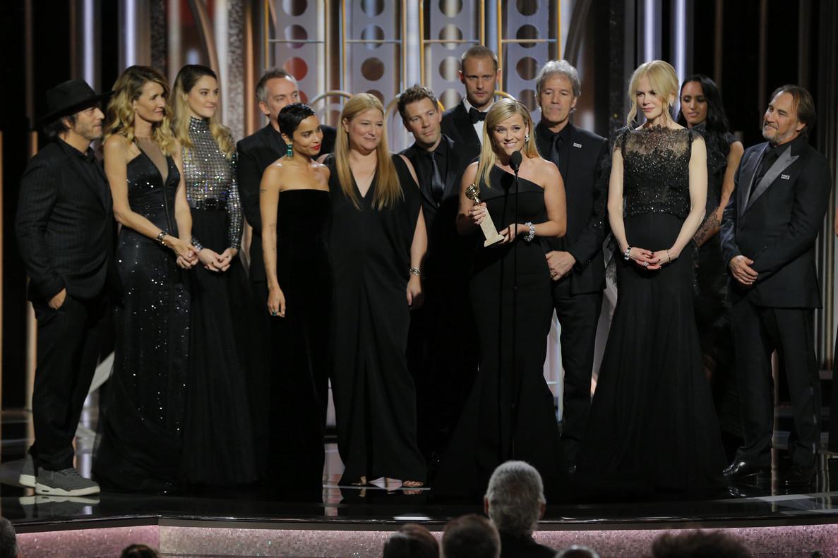 Reese Witherspoon, con el reparto de Big Little Lies, acepta el Globo de Oro a la mejor serie.