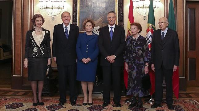 La reina Sofía y el rey Juan Carlos, la primera dama portugesa, Maria Cavaco Silva, el presidente portugués, Anibal Cavaco Silva, la primera dama italiana, Clio Maria Pittoni, y el mandatario italiano, Giorgio Napolitano, el martes.