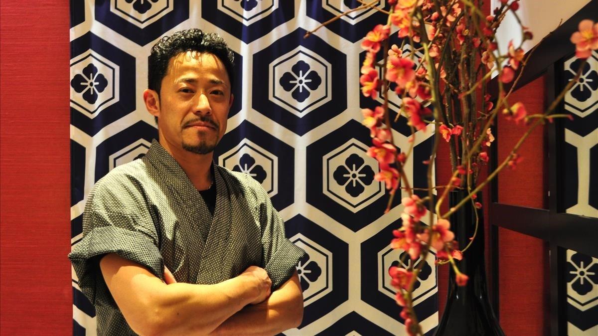 Mitsutaka Kawata, ante una colorida pared de Sun Taka.