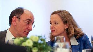 La vicepresidenta económica, Nadia Calviño, conversa con el presidente de Iberdrola, Ignacio Sánchez Galán, durante el 'Spain Investors Day'.