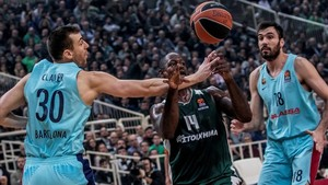 Gist, en el centro, defendido por los azulgranas Claver y Oriola, este juevesen el partido disputado en Atenas.