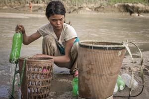 Bdai, de 22 años y madre de 2 niños pequeños, se ve obligada a recoger agua para beber de un río cercano a su casa. Las lluvias han regresado tras la prolongada sequía en Vietnam, pero el río es poco profundo y muy fangoso, y ello convierte el agua en un peligro para la salud.