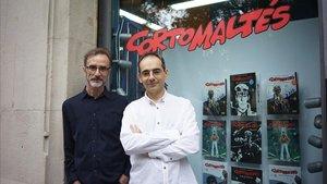 Rubén Pellejero y Juan Díaz Canales (derecha), este martes en Barcelona,ante el escaparate dedicado a Corto Maltés en la librería Norma Cómics.