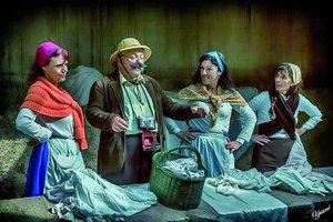 Imagen de las actrices que interpretan a las lavanderas en Santa Coloma.