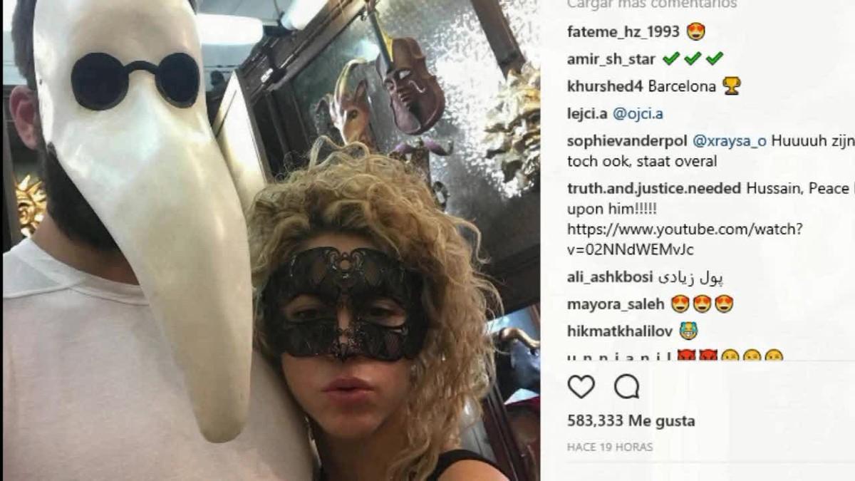Shakira y Piqué se retratan juntos otra vez y preparan Halloween con máscaras.