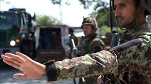 Soldados afganos, durante un control de seguridad.