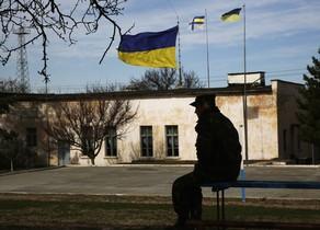 Un soldat ucraïnès, en una base a Crimea, aquest dilluns.