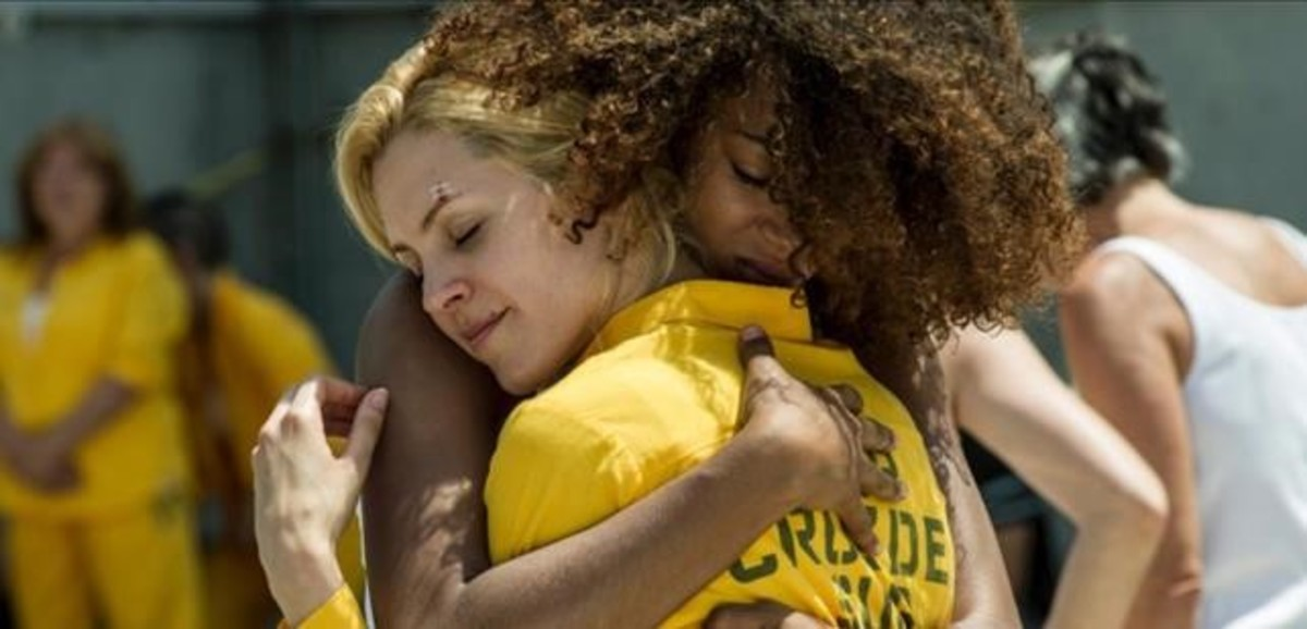 Rizos (Berta Vázquez) y Macarena (Maggie Civantos) se funden en un abrazo en 'Vis a vis' (A-3 TV).