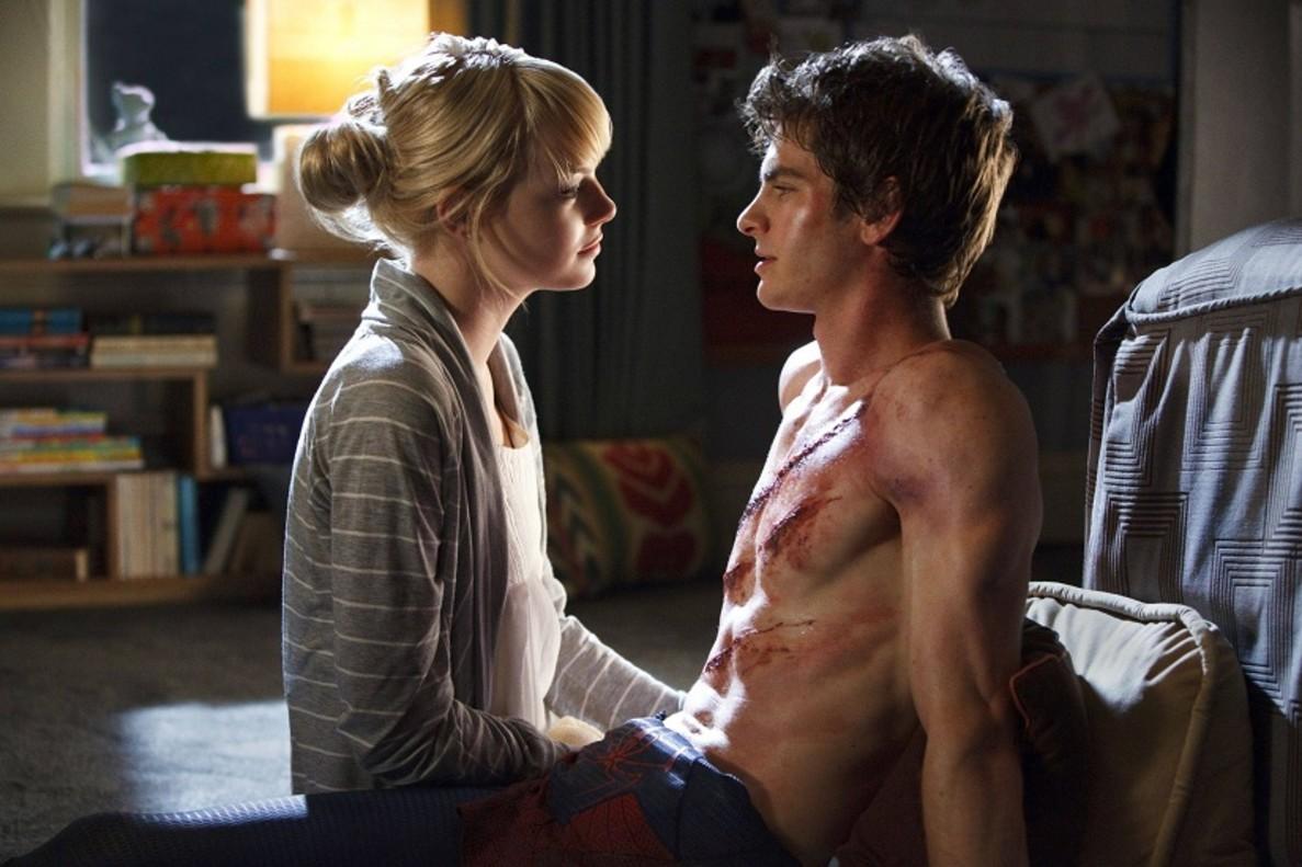 Emma Stone cuida a Andrew Garfield, en una escena de la películaThe amazing Spider-man.