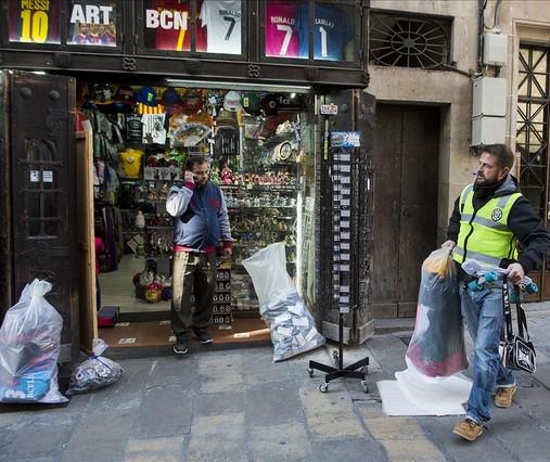 4e9ae2158b63c El ayuntamiento precinta cinco tiendas de  souvenirs  y retira 69 terr