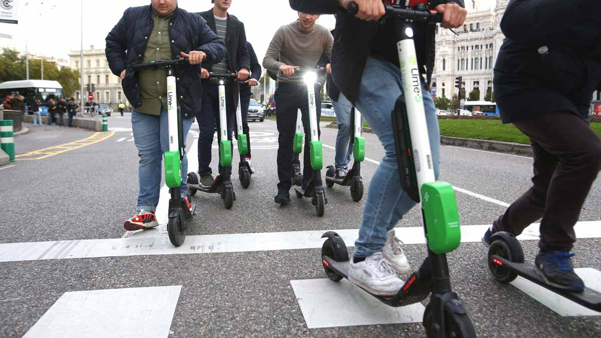 Tráfico quiere prohibir que patinetes vayan por la acera y a más de 25 km/h.