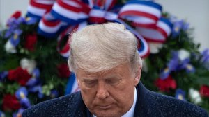 Donald Trump en una ceremonia por los soldados caídos en combate en el Cementerio Nacional deArlington, en Virginia.