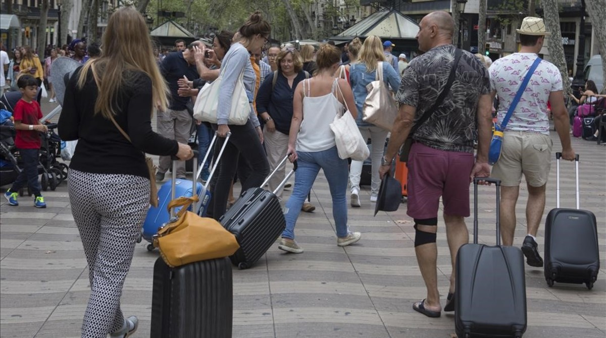 Turistas con maletas en Barcelona.