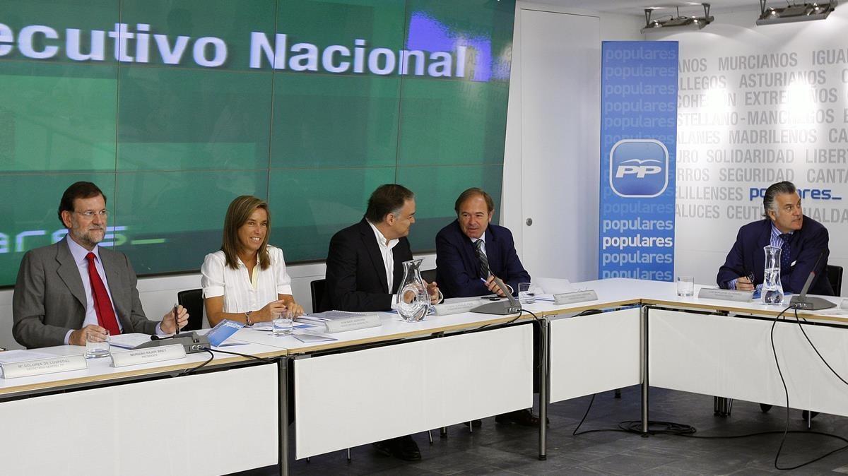 Una imagen del julio del 2009 en la que aparecen el presidente Mariano Rajoy y Luis Bárcenas durante el comité ejecutivo del PP.