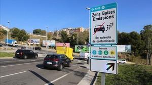 Una de las señales que alerta del veto a los coches más contaminantes en los días de elevada polución, en LHospitalet.