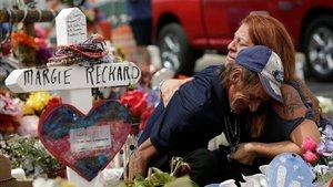 Una mujer consuela a Antonio Basco, que perdió a su esposa en el tiroteo de El Paso.