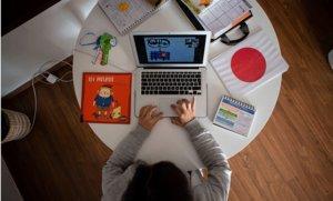 Una profesora de P3 de una escuela privada de Barcelona da clases en línea a sus alumnos usando una aplicación de videoconferencias, el 29 de abril.