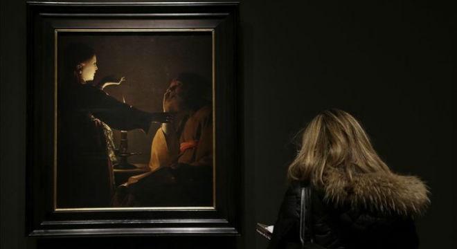Una visitante observa Aparicion del ángel a San José, uno de los nocturnos de religiosidad laica de Georges de La Tour, ayer en el Prado.