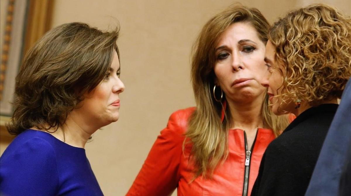 Alicia Sánchez Camacho conversa con Meritxell Batet (PSC) y la vicepresidenta, Soraya Sáenz de Santamaría en el Congreso.