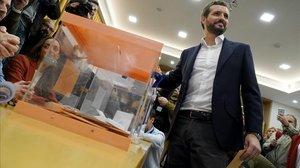 Pablo Casado vota en el Colegio del Pilar de Madrid.