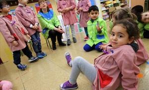 Unos niños juegan en clase en el colegio Octavio Paz de Barcelona.