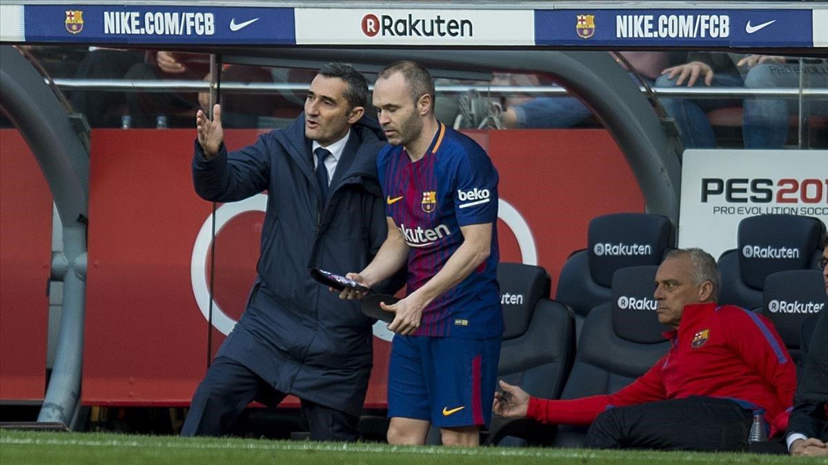 Valverde charla con Iniesta en el Camp Nou.