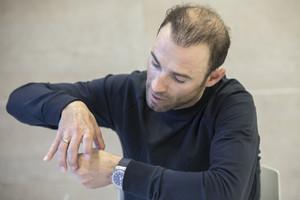 Alejandro Valverde gesticula con las manos, en Murcia, mientras cuenta a este diario su caída en Alemania.
