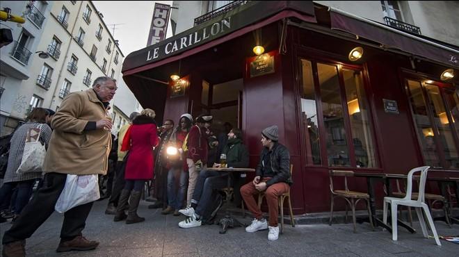 Ambiente festivo en la reapertura de 'Le Carillon' dos meses después de los atentados de París