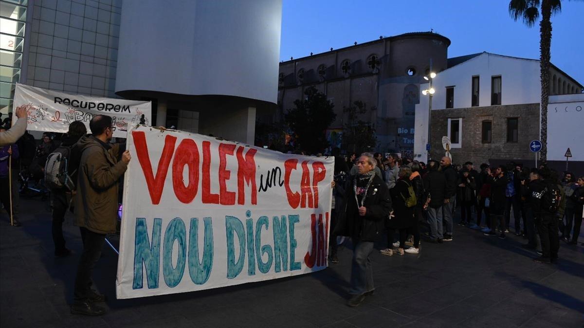 Vecinos del Raval protestan contra el Macba y el Ayuntamiento en defensa del CAP prometido.