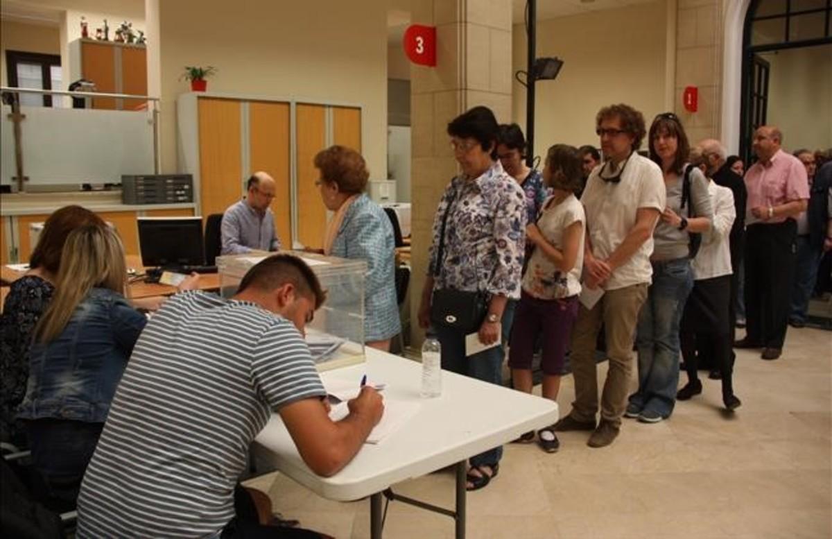 Vecinos de Tortosa votan en la consulta sobre el monumento franquista del Ebre.