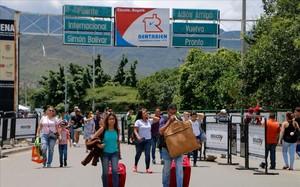 Venezolanos cruzan la frontera con Colombia, en Cucuta.