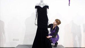 El vestido con el que Lady Di bailó con John Travolta, a subasta.
