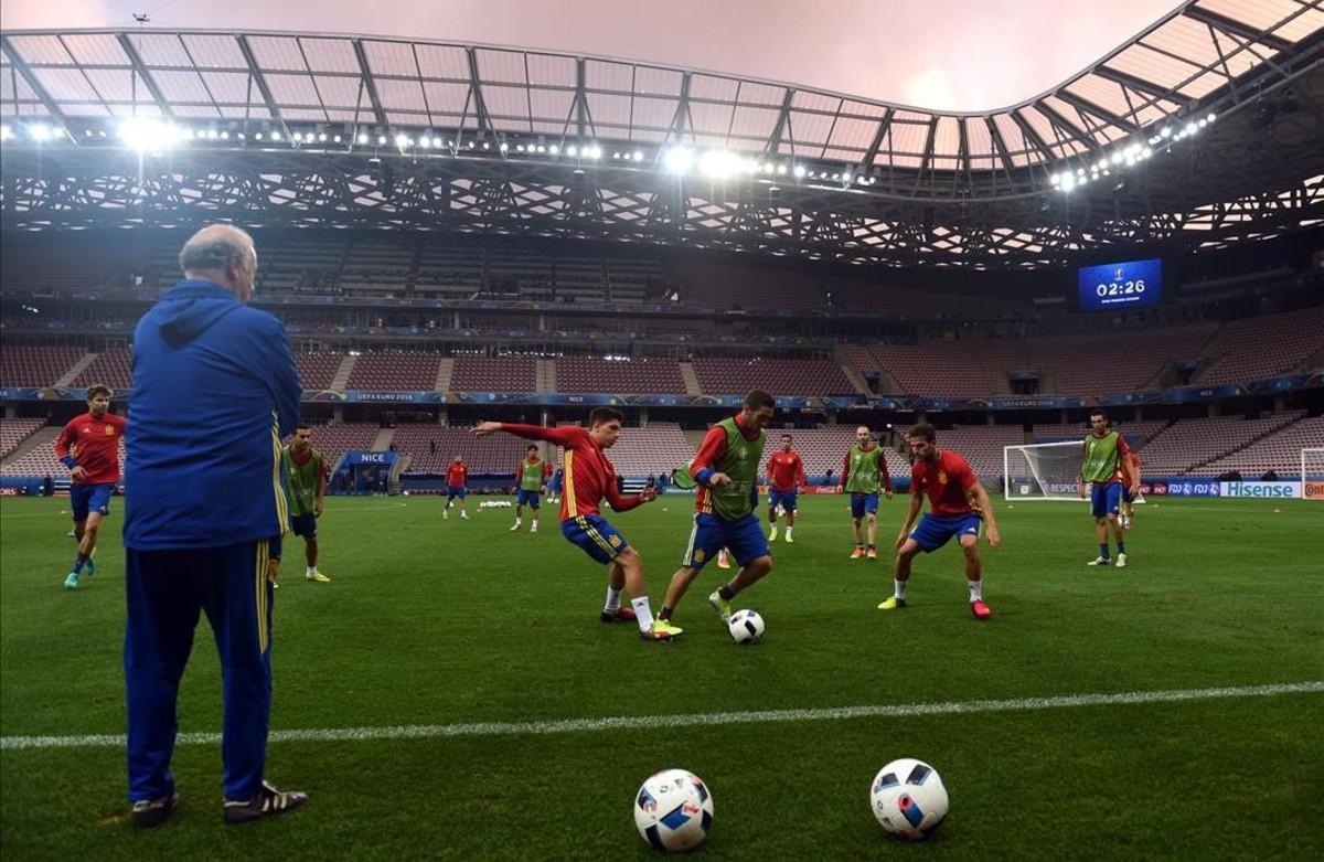 Vicente Del Bosque controlando el entrenamiento en Niza.