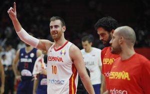 Victor Claver saluda a los aficionados españoles tras el triunfo ante Serbia