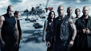 Vin Diesel, Charlize Theron, Michelle Rodríguez, The Rock, Tyrese Gibson, Ludacris y Jason Statham, en una imagen promocional de Fast & Furious 8.