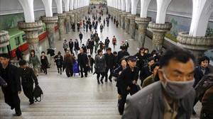 Visita de periodistas extranjeros a una estación de metro en Pionyang.