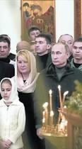 Vladímir Putin asiste a una misa de la Navidad ortodoxa, ayer en Moscú.