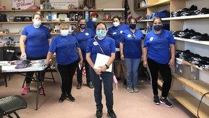 Voluntarios de la Arizona Dream Act Coalition, en las oficinas de la organización.