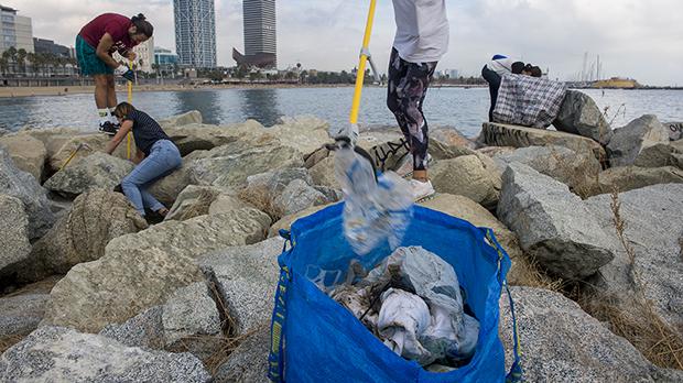 Clean Beach Initiative queda cada sábado a las 11.00 de la mañana en el Espigón del Gas en la Barceloneta para limpiar y retirar residuos plásticosde la playa.