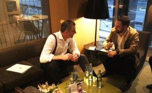 El presidente de Vox, Santiago Abascal (derecha) y el secretario general, Javier Ortega Smith, cambian impresiones en un hotel madrileño.