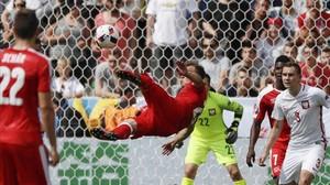 Xherdan Shaqiri, en el momento de conectar la chilena que supuso el 1-1.