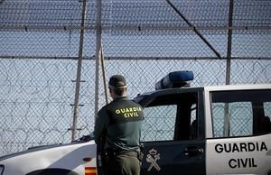 Un guardia civil vigila la zona fronteriza de Marruecos con Melilla, en una imagen de archivo.